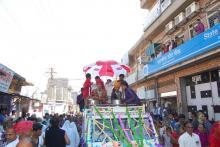 छः मुमुक्षुओं के ऐतिहासिक वर्षीदान वरघोड़े में उमड़ा जनसैलाब (01)