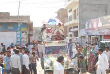 छः मुमुक्षुओं के ऐतिहासिक वर्षीदान वरघोड़े में उमड़ा जनसैलाब (02)